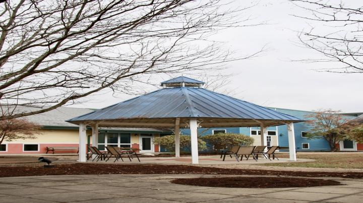 The outdoor courtyard at Landmark Recovery of Louisville